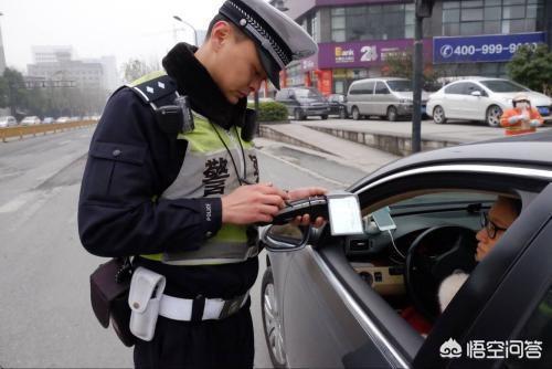 別人用假駕照開我車現場違章被開了罰單,交警沒發現他駕照是假的,這個怎麼處理?