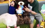 張丹峰晒和女兒和爸爸合影,扮鬼臉可愛爆棚,爸爸配合小情人!