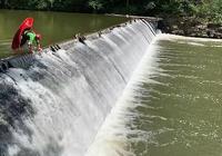 藝高人膽大!皮划艇運動員後空翻躍下3米水壩