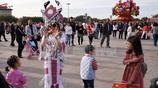 國慶假期天安門廣場迎來各地遊客,美女打扮光鮮靚麗惹眼球