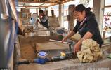 """45歲農婦72道工序做出上墳用的""""燒紙"""",年入10萬已幹了6年"""