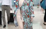 鍾麗緹不低調,肉色打底裙配印花睡袍,49歲依舊美豔動人