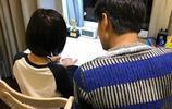 林志穎陪kimi寫字,原來kimi是用左手寫字,寫的還不錯