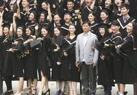 張一山楊紫畢業照意外曝光:北影張輝與嬌妻劉熙陽笑眼相對
