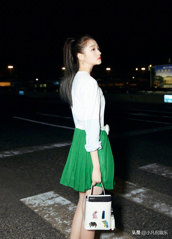 關曉彤太會搭配了,白色上衣配綠色百褶裙,美極了