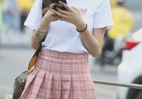 美女穿T恤+百褶裙像中學生,秀出大長腿,細得都可以晒衣服了!