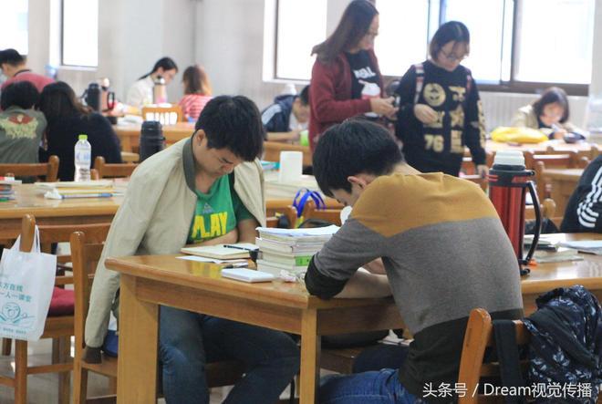 鏡頭下考研大軍的國慶中秋假期,是沒有假期只有書本教材和習題集