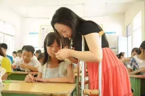 """通江這個家庭被省上點名,女主人是被稱為""""柺杖天使""""的剪紙達人"""
