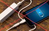 """越來越多的人不用手機充電寶了,都興""""手機殼""""電池,便捷又安全"""