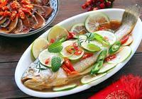 做清蒸魚時,先淋蒸魚豉油還是熱油?照著做,魚肉鮮嫩還不腥