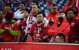上港亞冠出局球迷難接受 看臺情緒低落高舉國旗