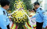 鏡頭下:民警秦萬軍追悼會,勘察事故時被撞殉職,近千市民含淚送別