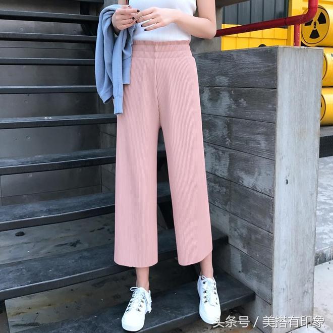 闊腿褲好看不好搭,30歲左右的女人搭配無袖背心穿性感顯瘦,提升氣質更出眾