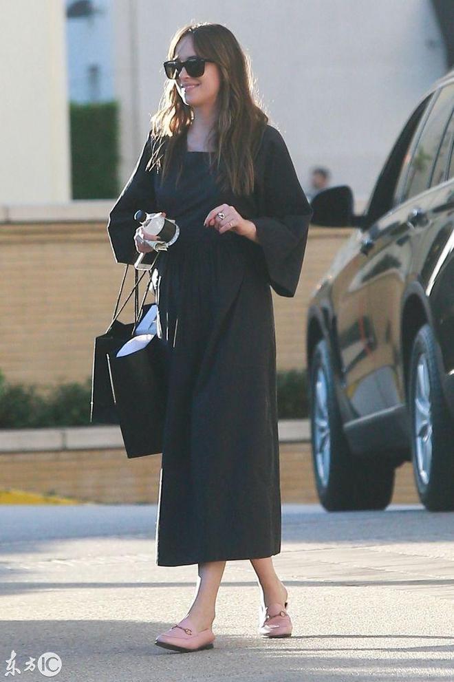 《五十度灰》女主角達科塔·約翰遜和神祕男子逛街,你讓格雷咋辦