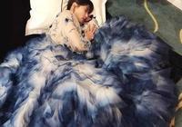 劉濤春晚表演結束後,沒換裝就直接在地上睡著了,網友:真敬業