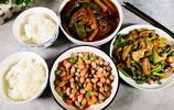 家裡最熱鬧的是晚餐,1家5口人,3道菜,盤子要裝滿,少了不夠吃