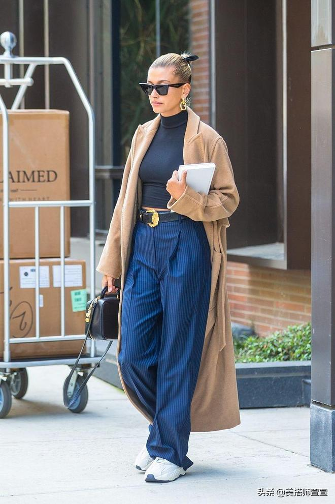 海莉·鮑德溫時尚穿搭盡顯高雅好氣質,著寬鬆闊腿褲走路帶風