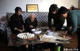農村104歲老人耳不聾眼不花,1頓吃10個肉餃子,每天還自己洗澡