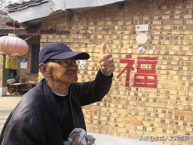 """河南七十八歲的""""保安隊長"""",拿著彈弓在村裡巡防,他這是要防啥"""