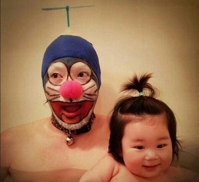 日本人一家人共用一盆泡澡水,女兒陪爹一起洗澡,泡澡文化好尷尬
