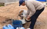 山東64歲的農村剃頭匠,闖四鄉趕大集33年,剃一個頭只收5塊錢